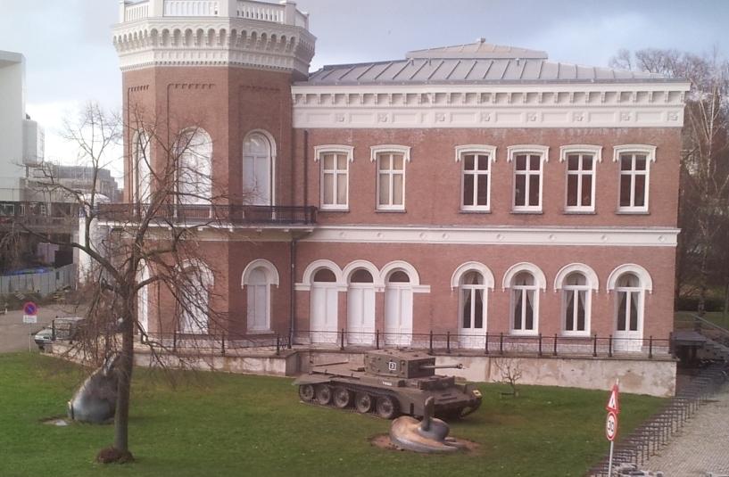 Tank in de tuin van het Natuur Historisch Museum